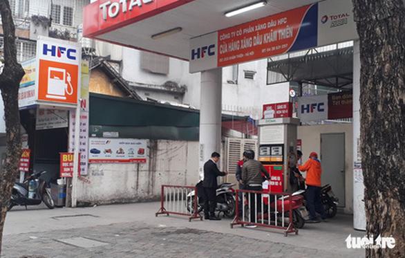 Một số cửa hàng ở Hà Nội dừng bán xăng RON95 - Ảnh 3.