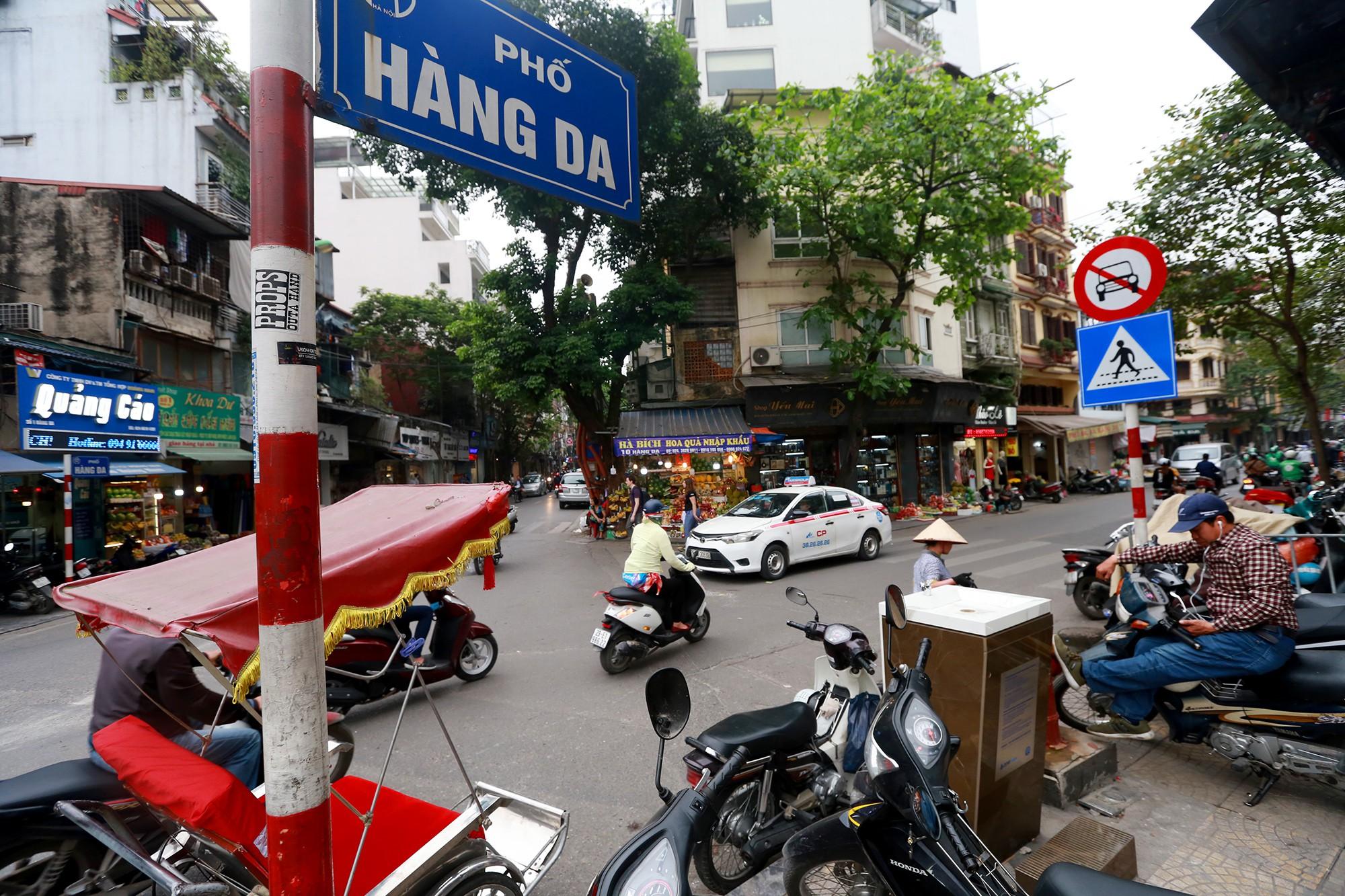 Học sinh, người lao động thích thú khi được uống nước sạch miễn phí trên đường phố Hà Nội - Ảnh 2.