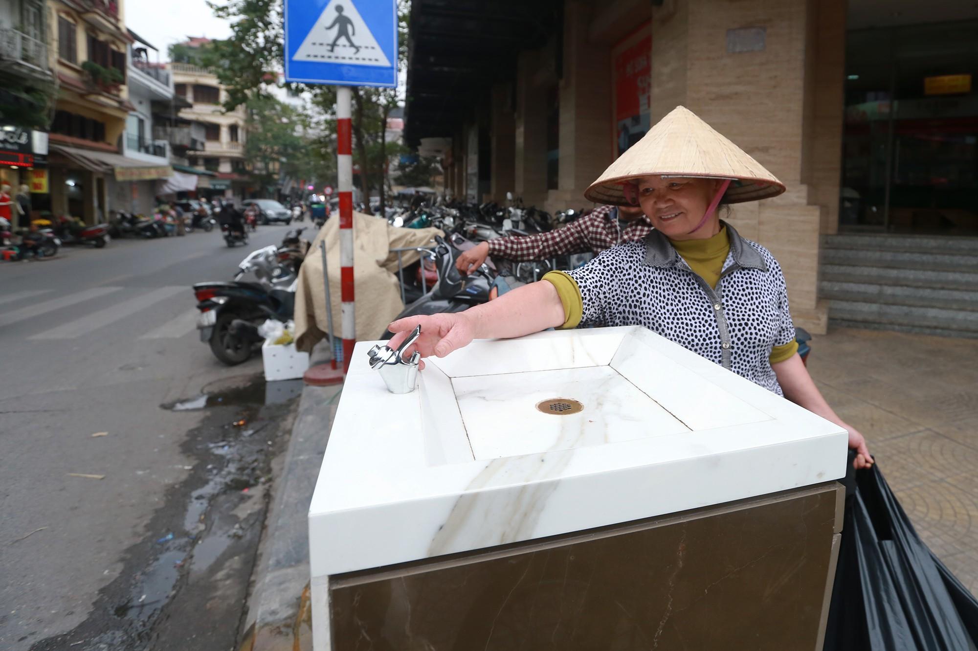 Học sinh, người lao động thích thú khi được uống nước sạch miễn phí trên đường phố Hà Nội - Ảnh 5.