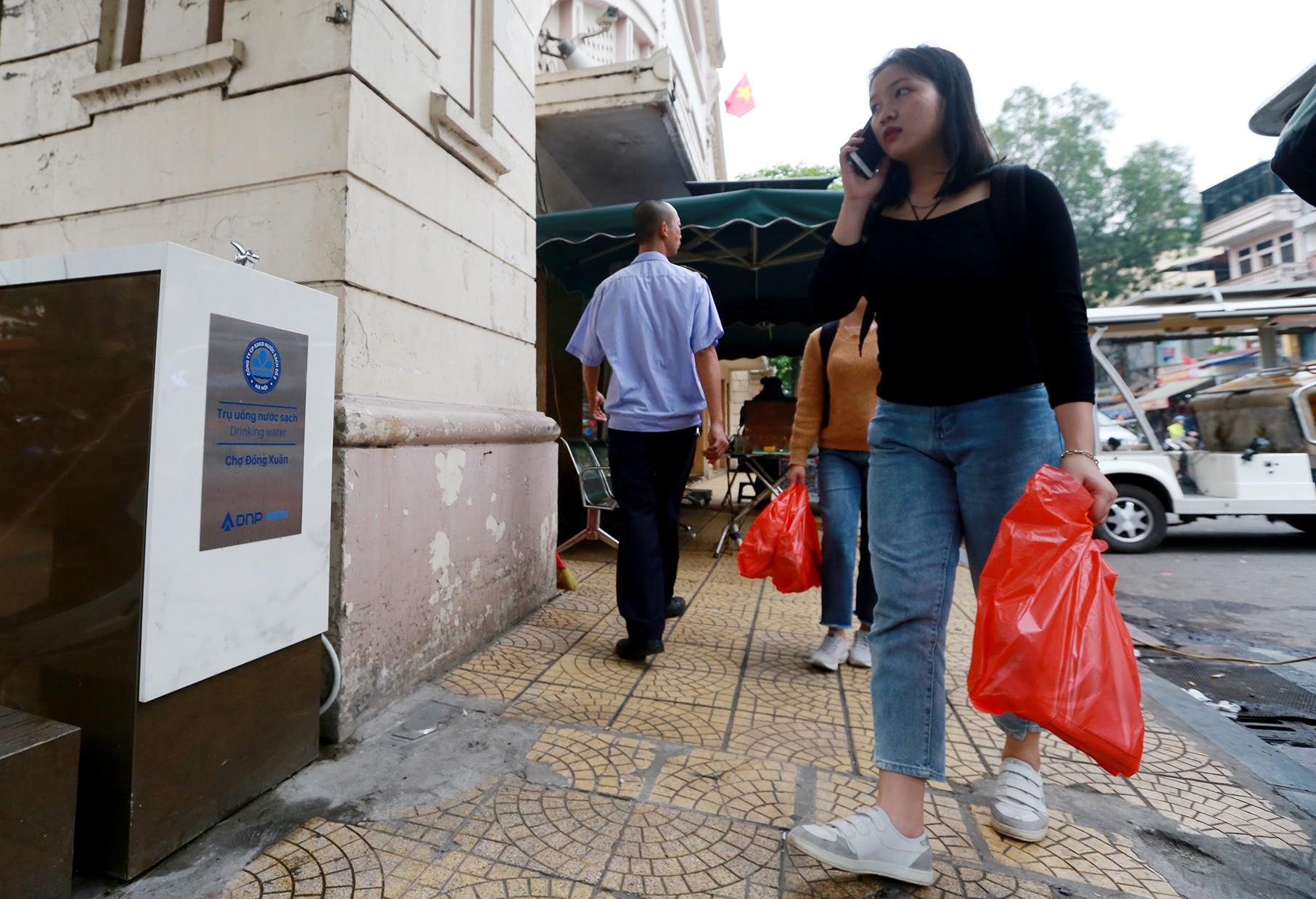 Học sinh, người lao động thích thú khi được uống nước sạch miễn phí trên đường phố Hà Nội - Ảnh 7.