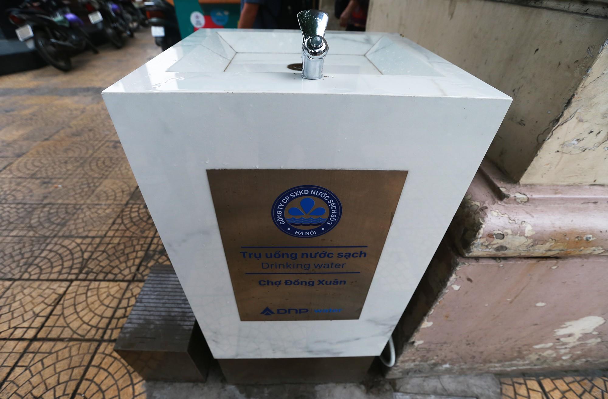 Học sinh, người lao động thích thú khi được uống nước sạch miễn phí trên đường phố Hà Nội - Ảnh 4.