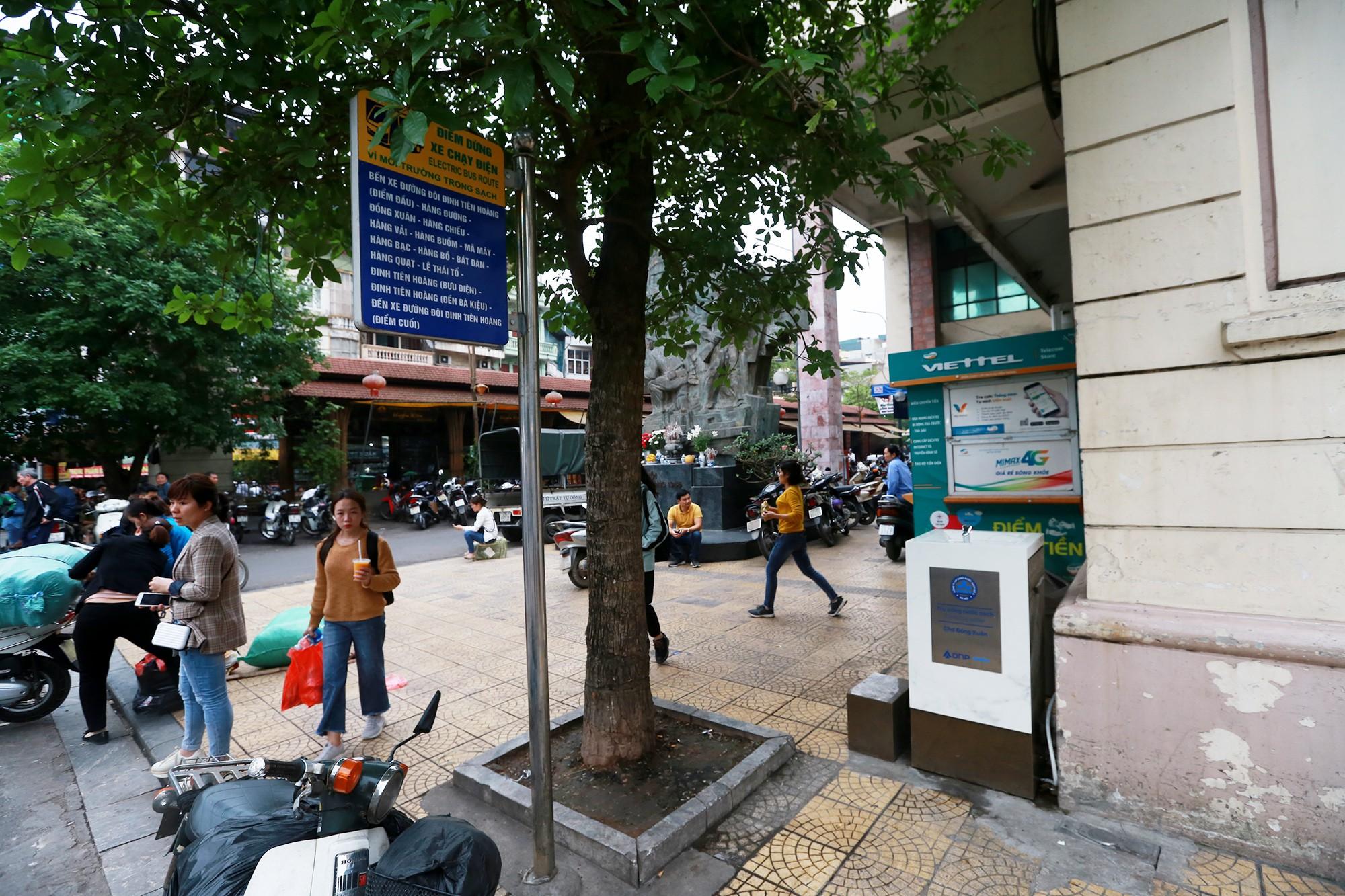 Học sinh, người lao động thích thú khi được uống nước sạch miễn phí trên đường phố Hà Nội - Ảnh 6.