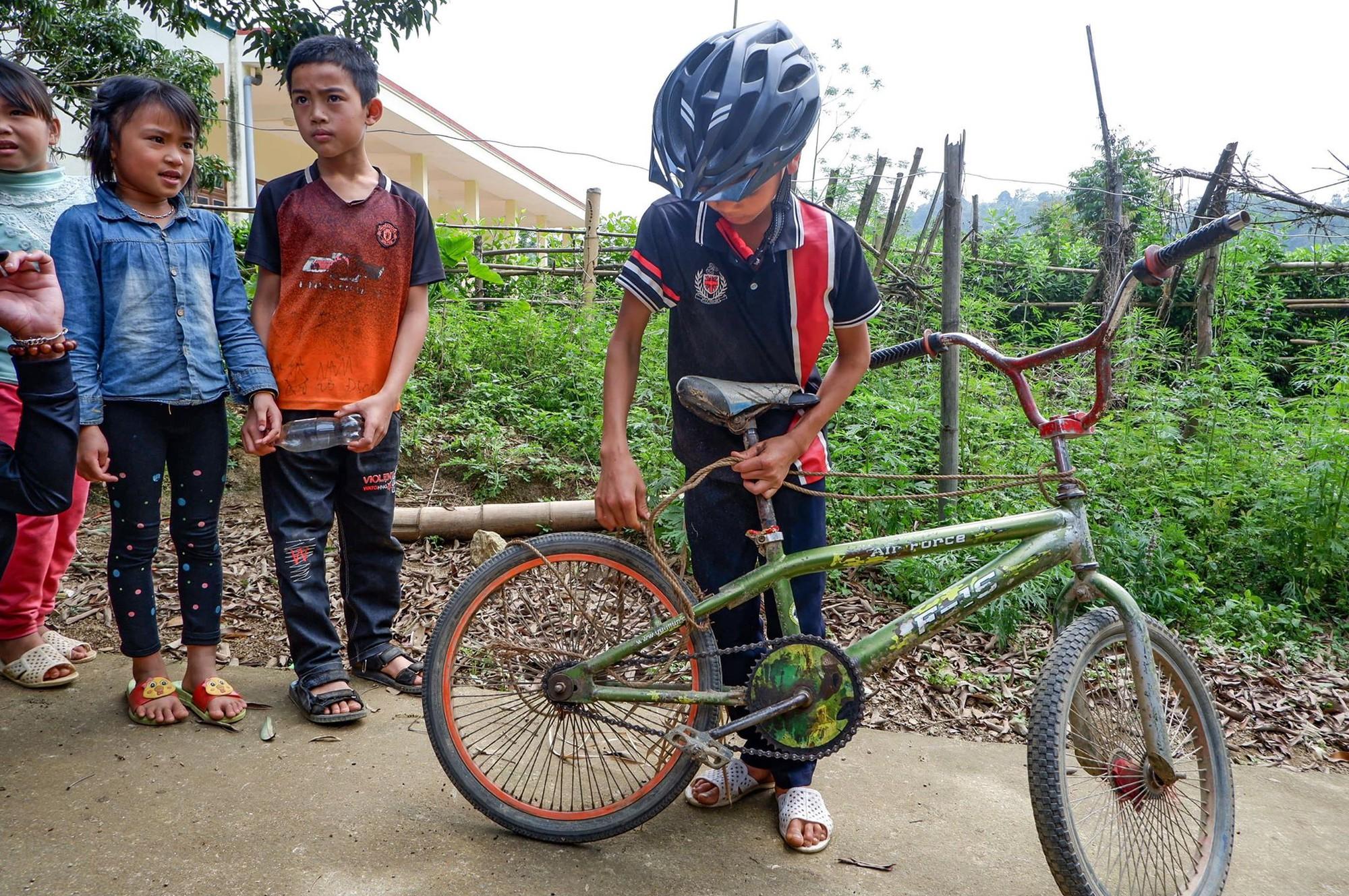 Kết thúc phiên đấu giá, chiếc xe đạp và đôi dép rách của Vì Quyết