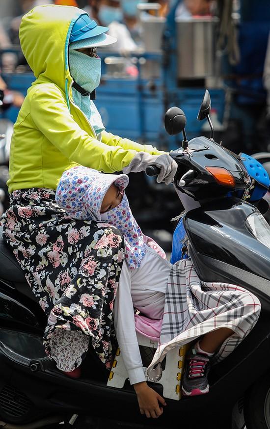 Người Sài Gòn chống tia cực tím ngày nắng nóng - Ảnh 3.