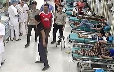 Nam thanh niên Trung Quốc quậy phá trung tâm y tế khiến nhiều người hoảng sợ - Ảnh 1.