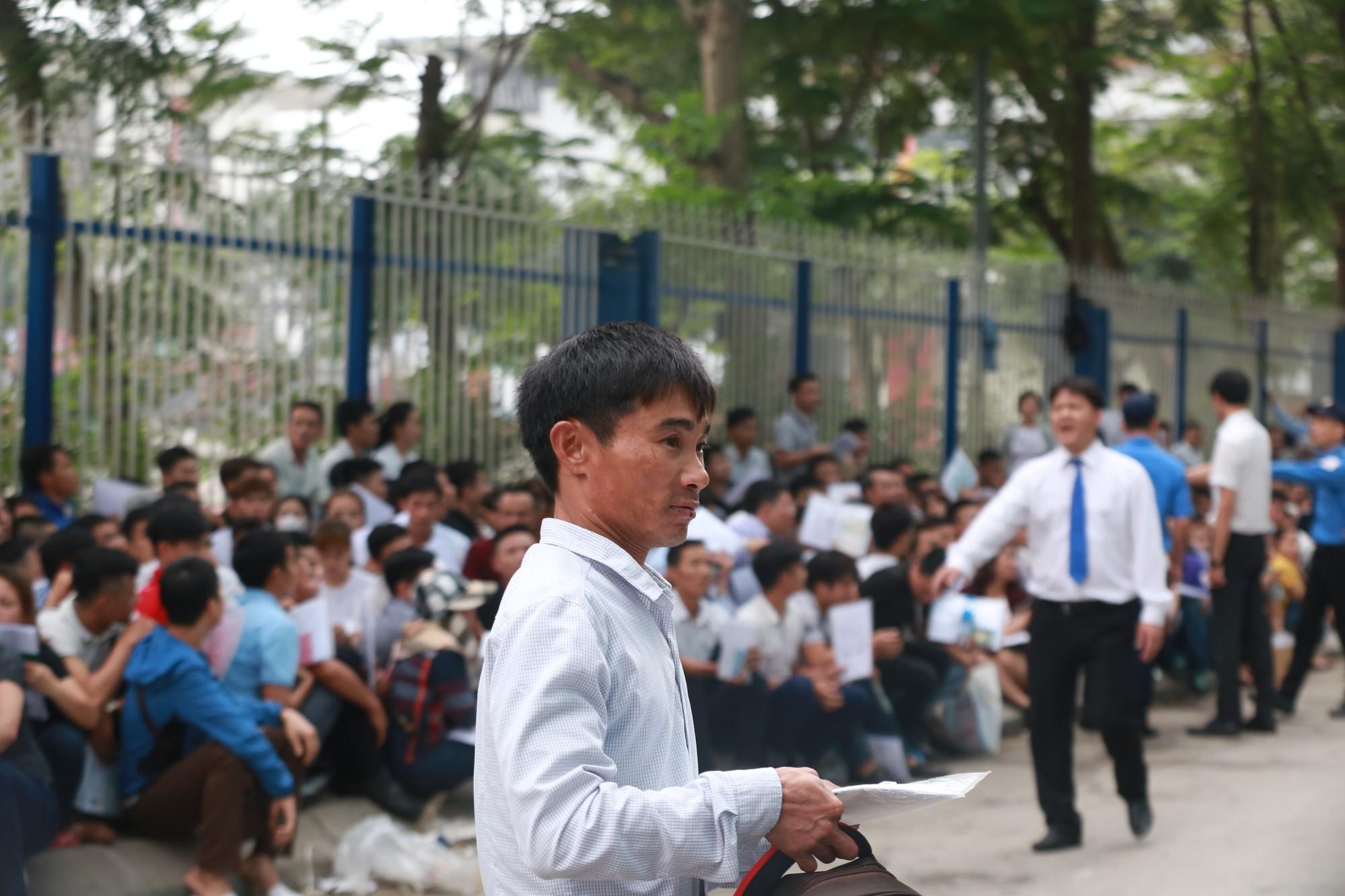 Cận cảnh hàng nghìn người xếp hàng trước Đại sứ quán Hàn Quốc chờ làm visa - Ảnh 10.