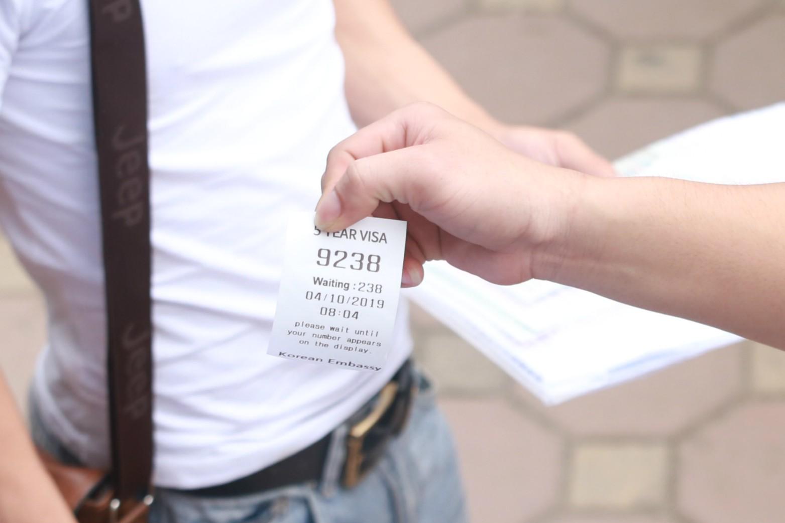 Cận cảnh hàng nghìn người xếp hàng trước Đại sứ quán Hàn Quốc chờ làm visa - Ảnh 8.