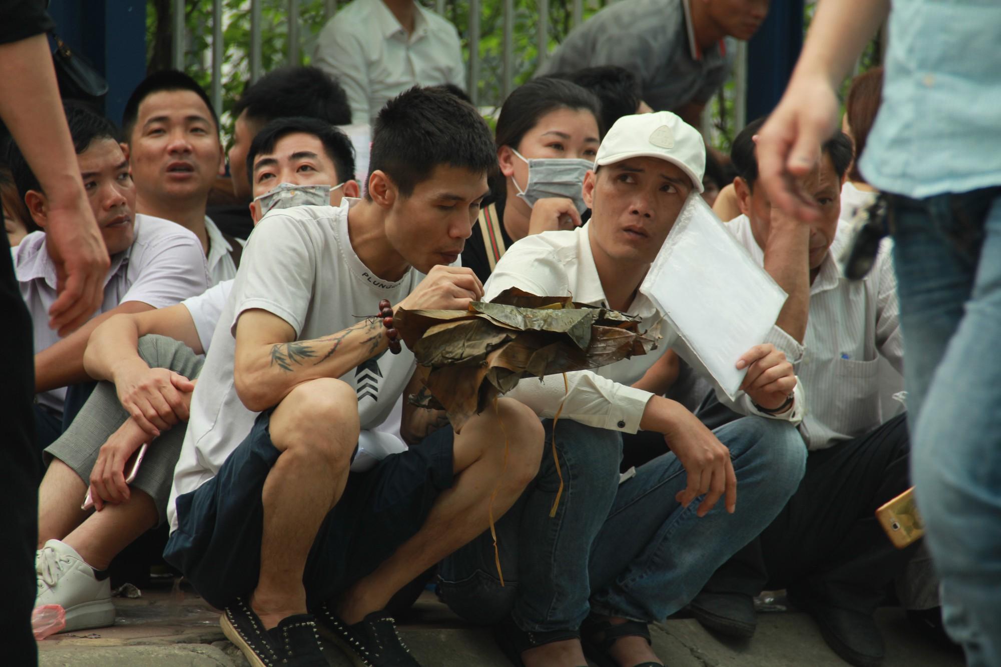 Cận cảnh hàng nghìn người xếp hàng trước Đại sứ quán Hàn Quốc chờ làm visa - Ảnh 9.
