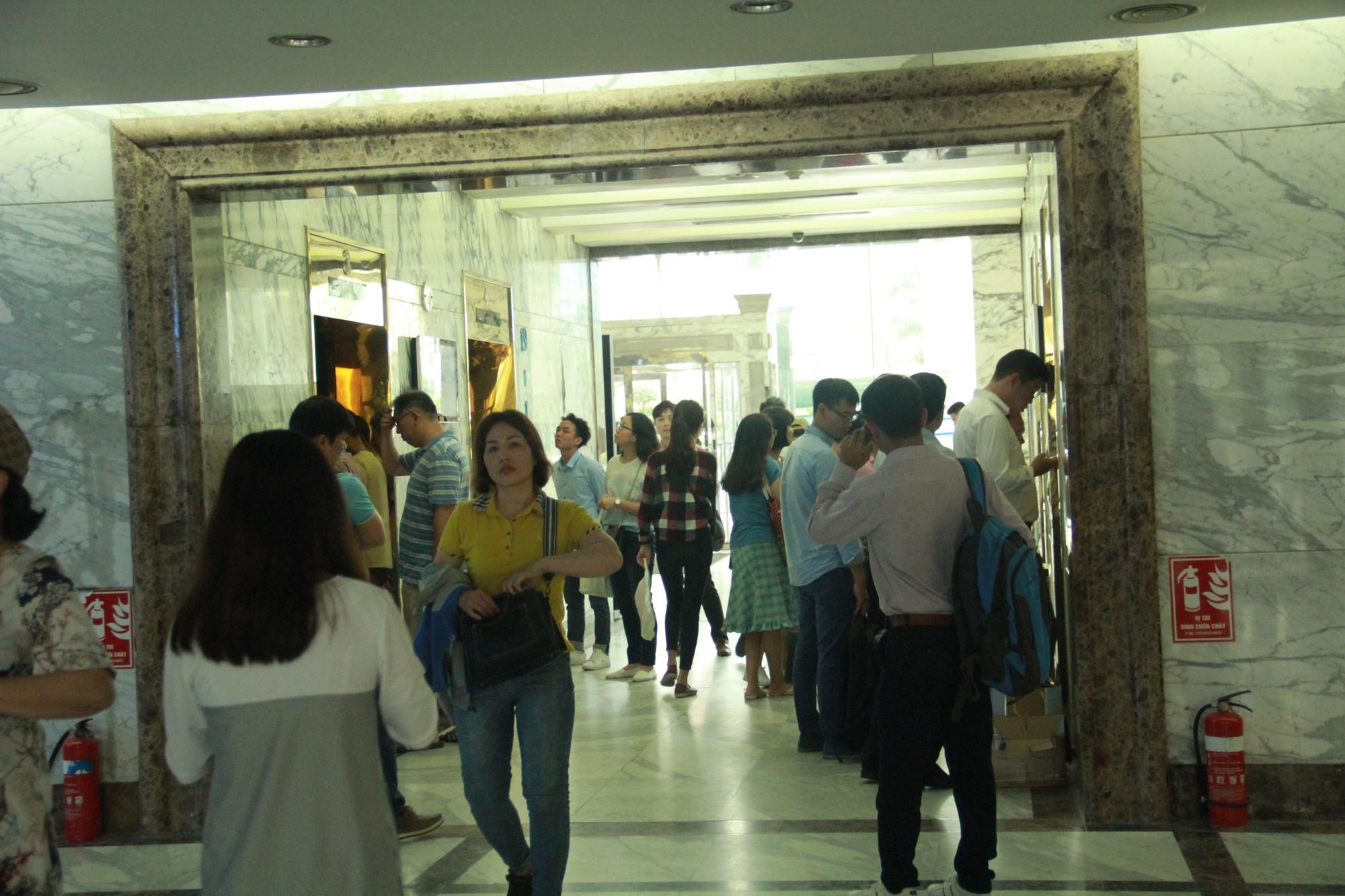 Cận cảnh hàng nghìn người xếp hàng trước Đại sứ quán Hàn Quốc chờ làm visa - Ảnh 11.