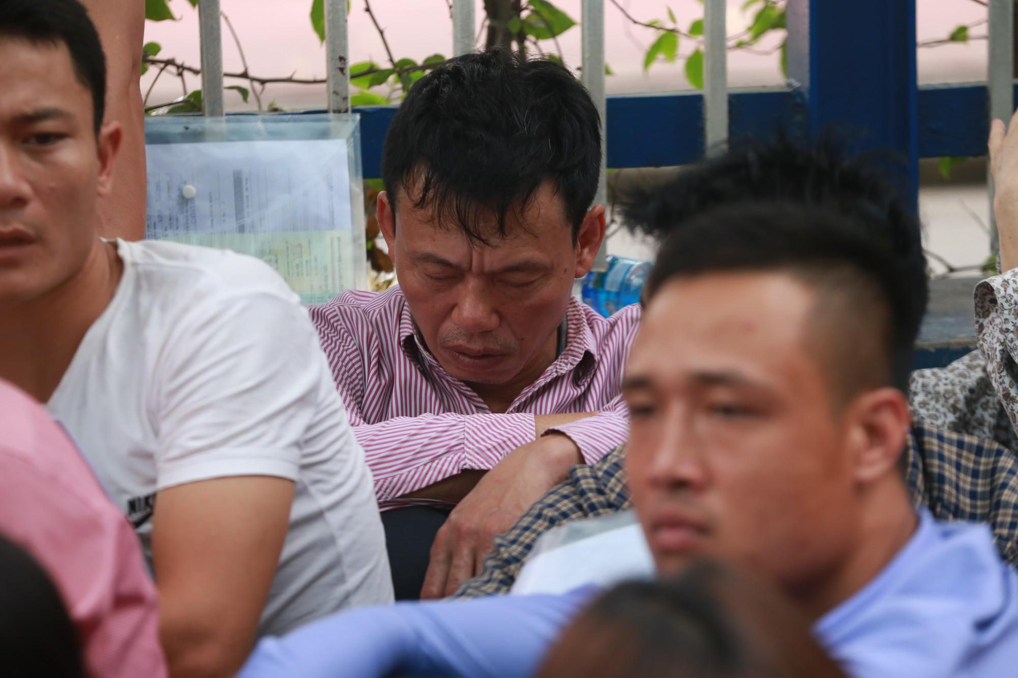 Cận cảnh hàng nghìn người xếp hàng trước Đại sứ quán Hàn Quốc chờ làm visa - Ảnh 12.