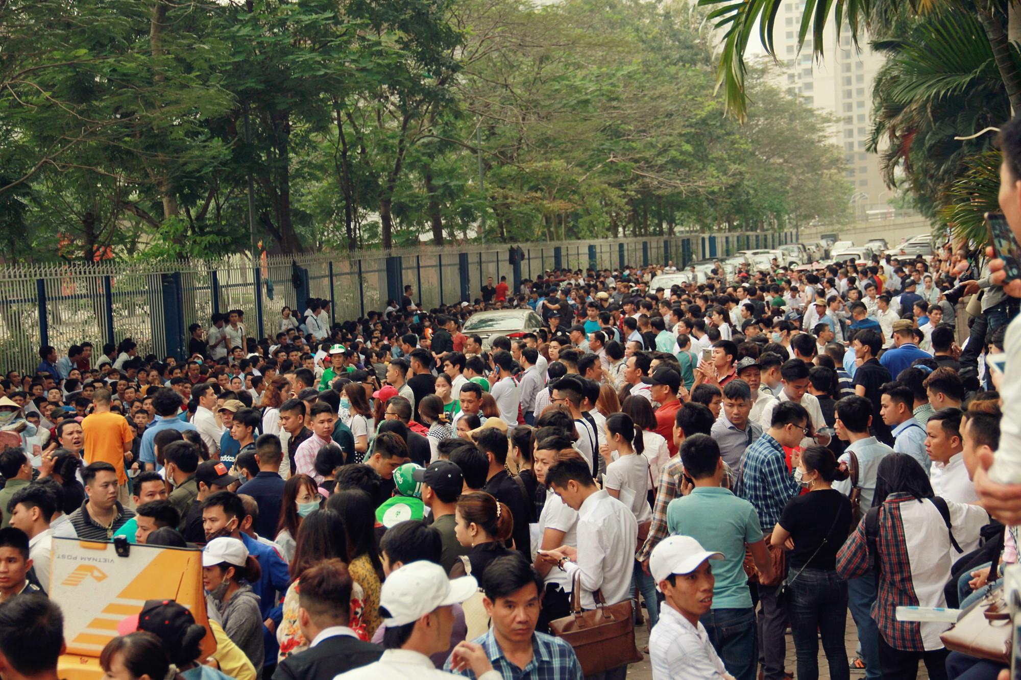 Cận cảnh hàng nghìn người xếp hàng trước Đại sứ quán Hàn Quốc chờ làm visa - Ảnh 1.