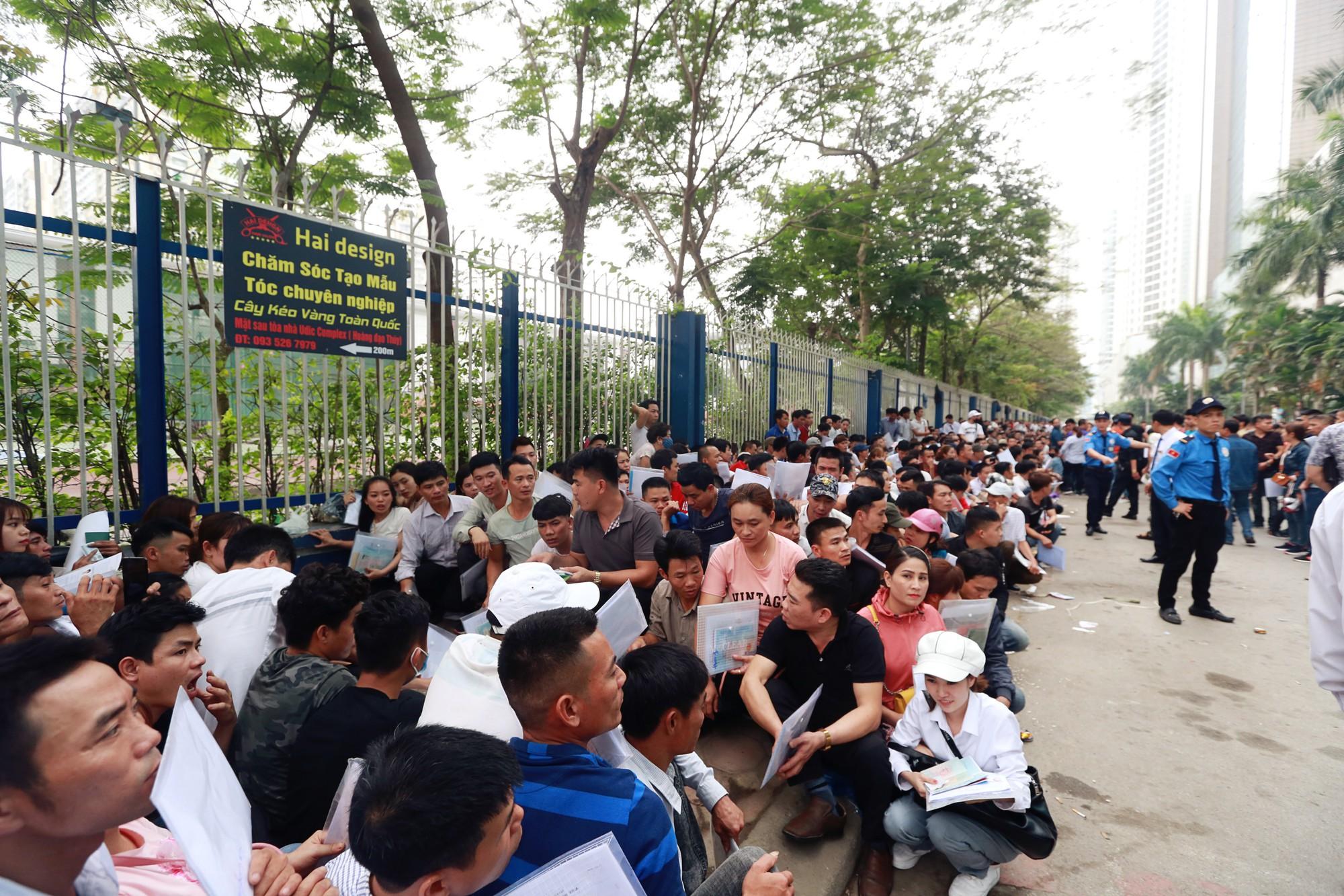Cận cảnh hàng nghìn người xếp hàng trước Đại sứ quán Hàn Quốc chờ làm visa - Ảnh 2.