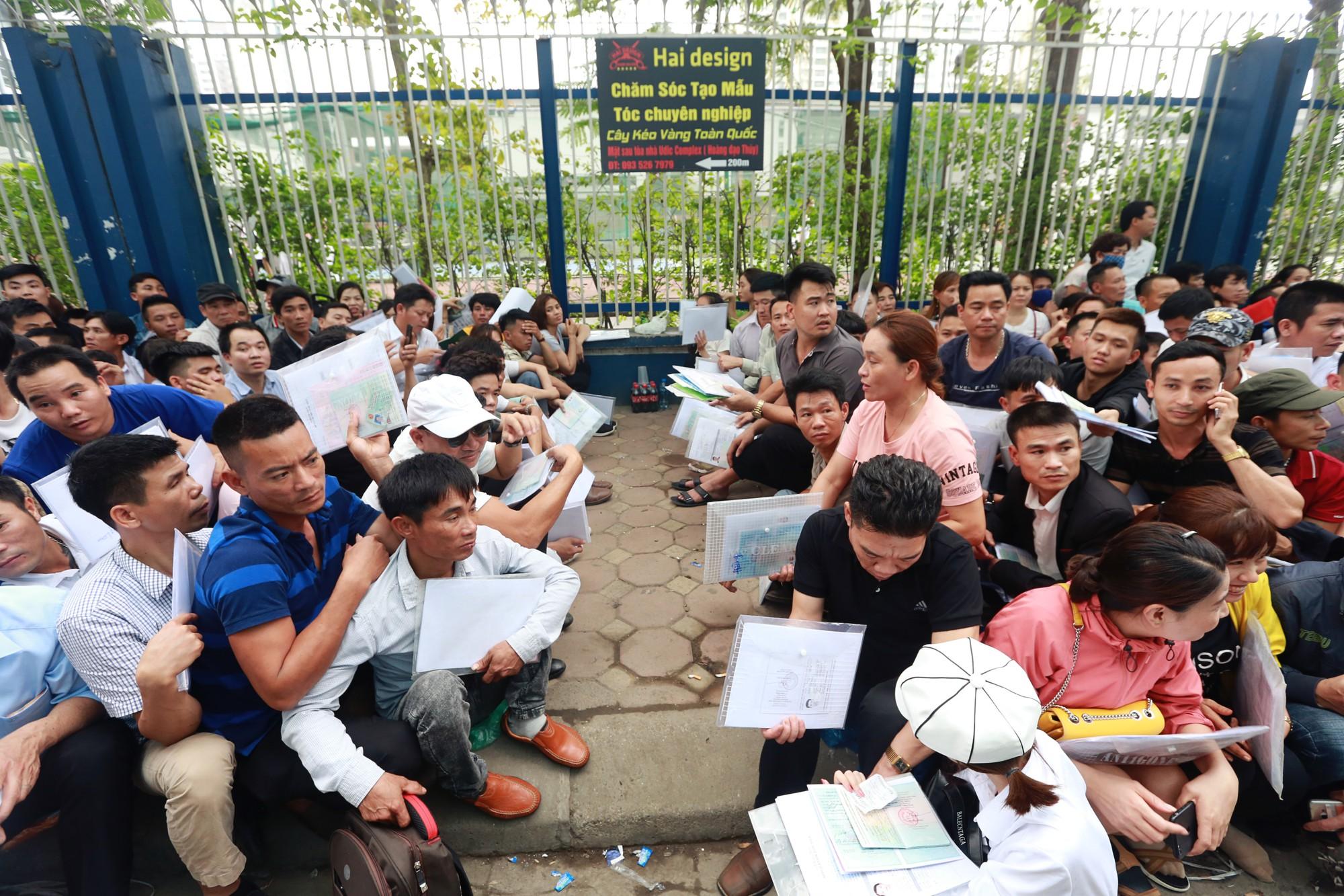 Cận cảnh hàng nghìn người xếp hàng trước Đại sứ quán Hàn Quốc chờ làm visa - Ảnh 3.