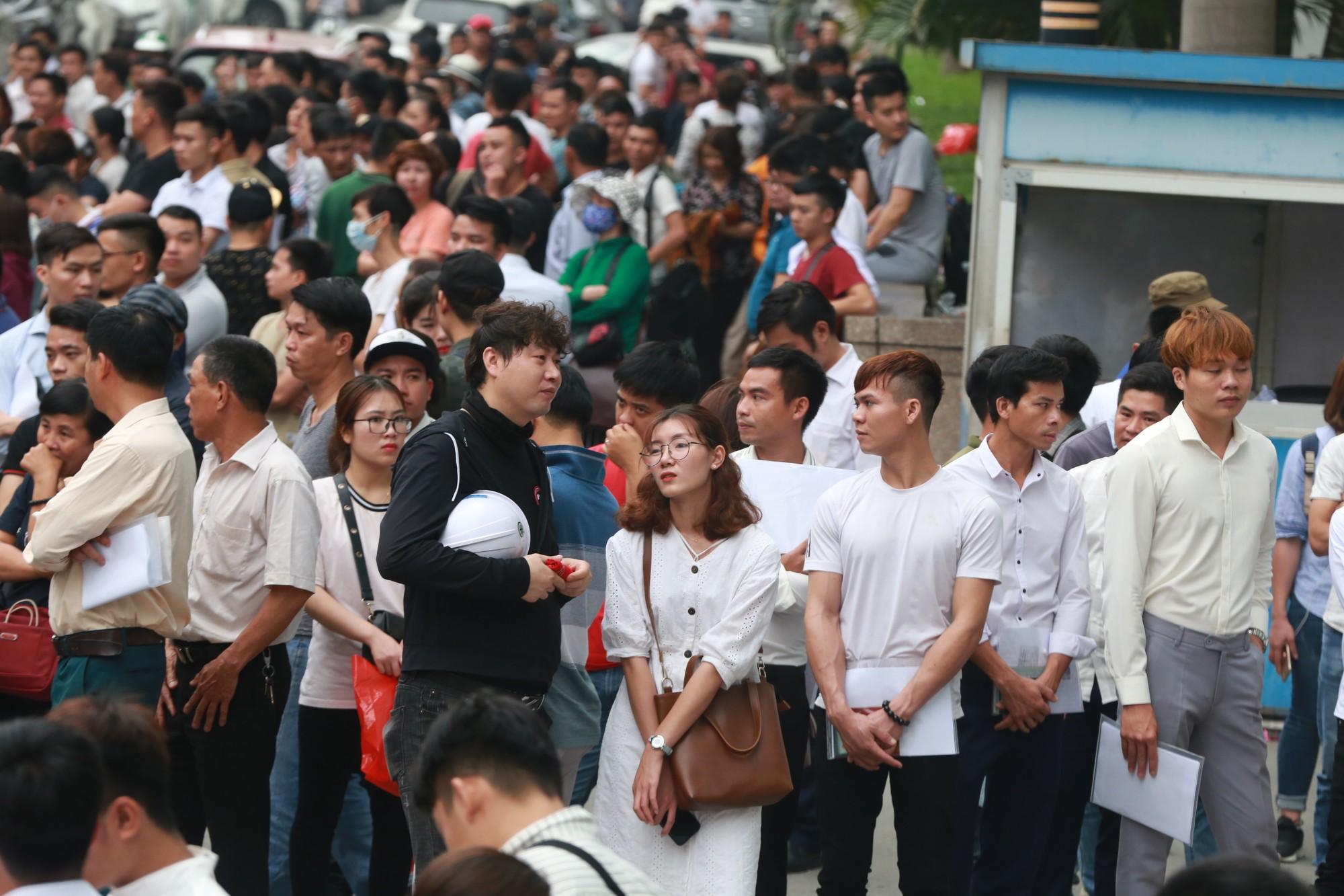 Cận cảnh hàng nghìn người xếp hàng trước Đại sứ quán Hàn Quốc chờ làm visa - Ảnh 4.