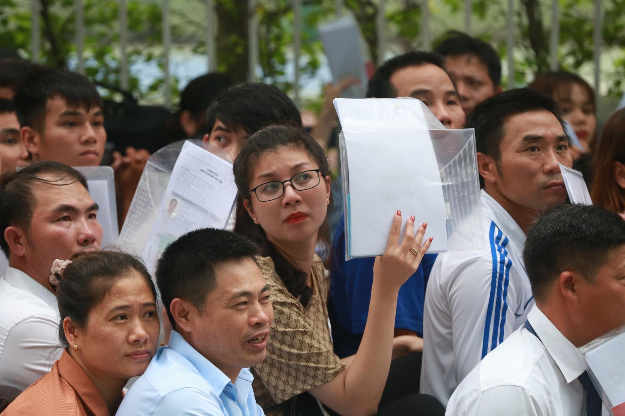 Cận cảnh hàng nghìn người xếp hàng trước Đại sứ quán Hàn Quốc chờ làm visa - Ảnh 5.