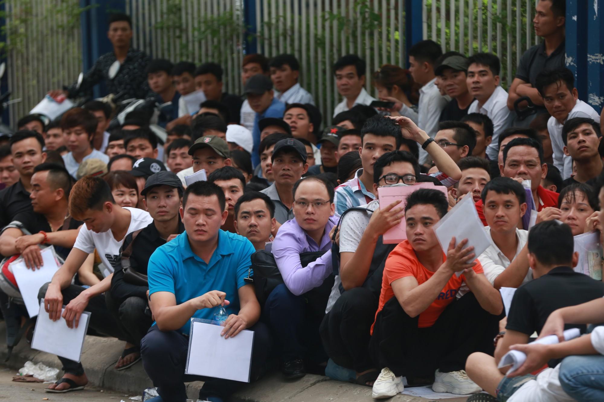 Cận cảnh hàng nghìn người xếp hàng trước Đại sứ quán Hàn Quốc chờ làm visa - Ảnh 6.