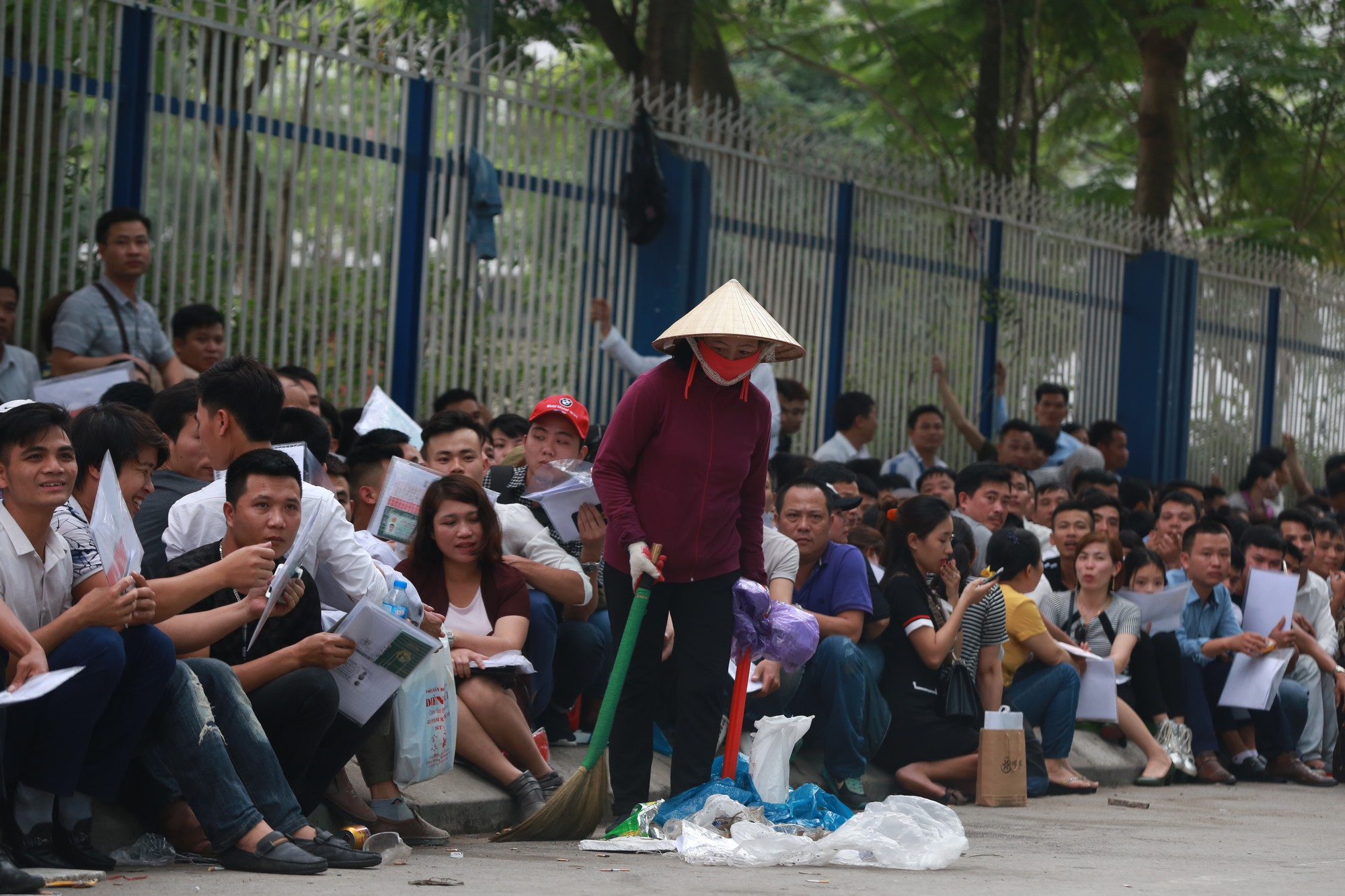 Cận cảnh hàng nghìn người xếp hàng trước Đại sứ quán Hàn Quốc chờ làm visa - Ảnh 13.