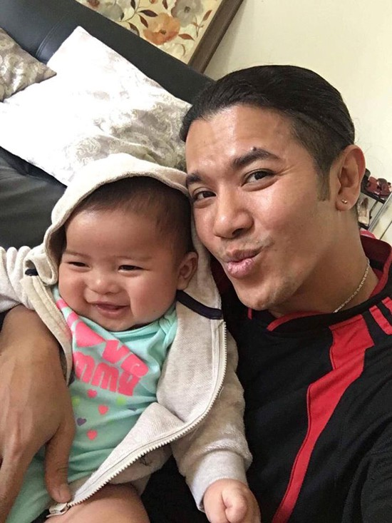 Kasim bên cạnh con trai đầu lòng