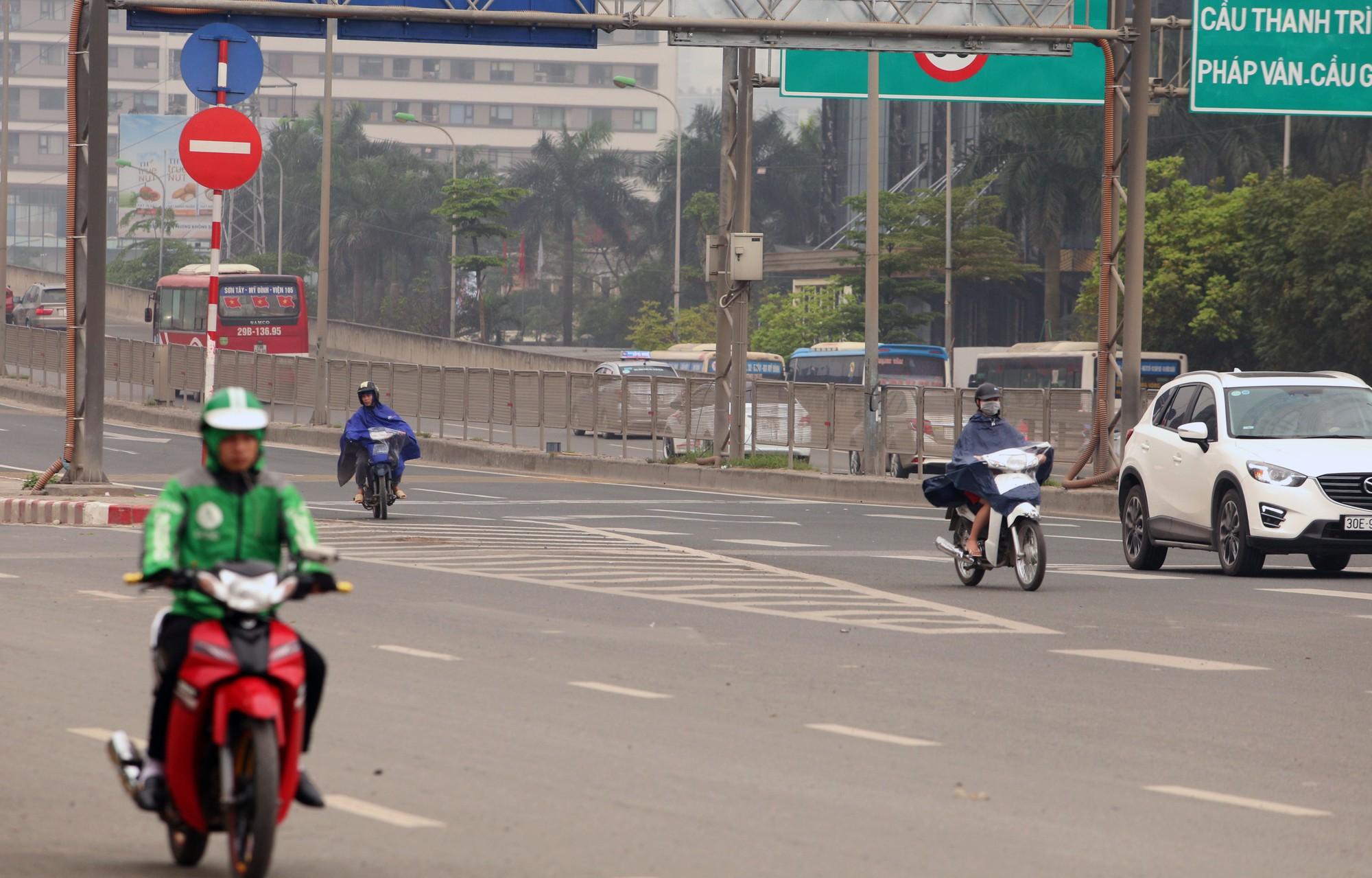 Tài xế xe máy đi vào đường Vành đai 3 trên cao bỏ chạy khi thấy CSGT - Ảnh 2.