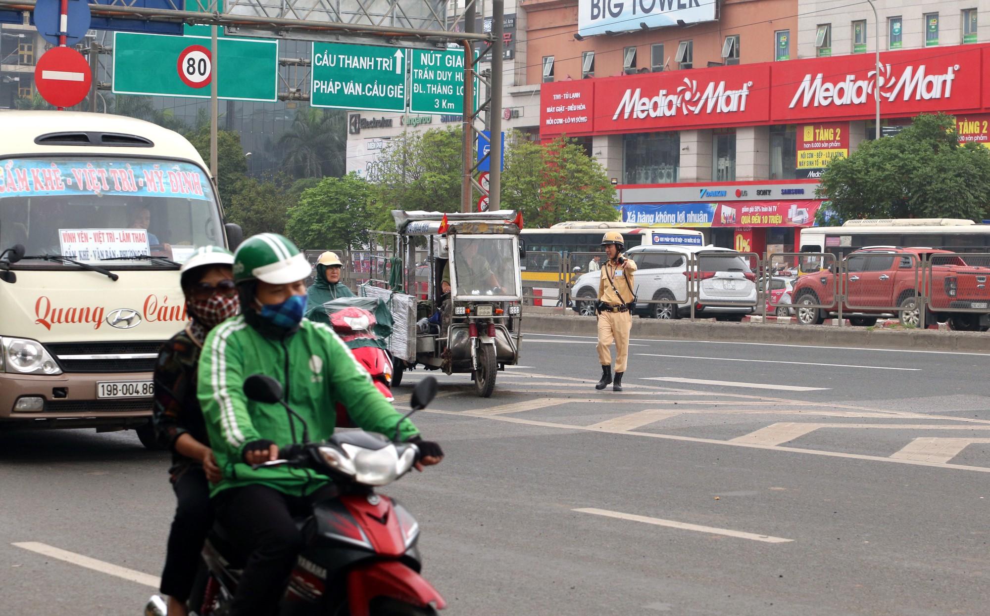 Tài xế xe máy đi vào đường Vành đai 3 trên cao bỏ chạy khi thấy CSGT - Ảnh 6.