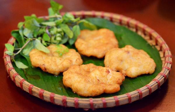 Tối nay ăn gì: Gợi ý mâm cơm gia đình đủ chất chỉ với 150.000 đồng có chả mực, gà rim mắm  - Ảnh 2.