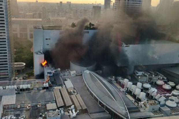 Cháy lớn tại trung tâm mua sắm Central World Bangkok, có người lao từ tầng 8 xuống - Ảnh 1.