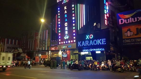 Phát hiện 3 bịch bột trắng nghi là ma túy trong quán karaoke của Phúc XO - Ảnh 2.
