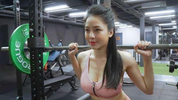 Hot girl Trâm Anh và đoạn clip 2 phút tập gym để có vòng 1 săn chắc - Ảnh 1.