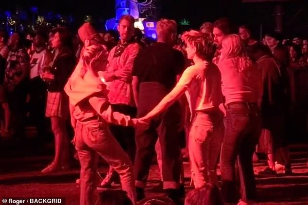 Cộng đồng LGBT thế giới hôm nay (14/4): Kristen Stewart   và bạn gái khóa môi ngọt ngào, Ariana Grande gặp vấn đề về não bộ - Ảnh 5.