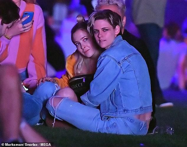 Cộng đồng LGBT thế giới hôm nay (14/4): Kristen Stewart   và bạn gái khóa môi ngọt ngào, Ariana Grande gặp vấn đề về não bộ - Ảnh 1.