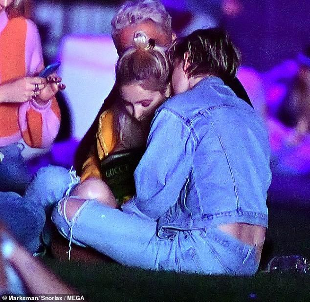 Cộng đồng LGBT thế giới hôm nay (14/4): Kristen Stewart   và bạn gái khóa môi ngọt ngào, Ariana Grande gặp vấn đề về não bộ - Ảnh 2.