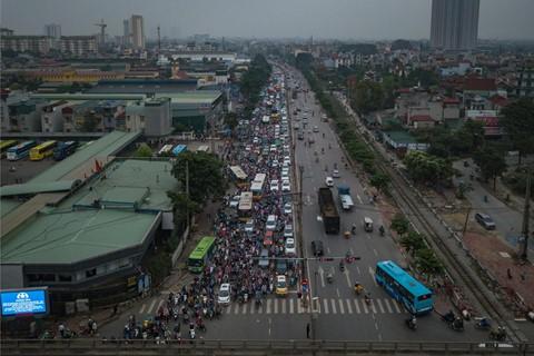 Người dân đội mưa trở lại thành phố, giao thông ùn tắc kéo dài - Ảnh 1.