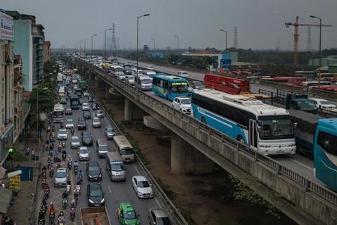 Người dân đội mưa trở lại thành phố, giao thông ùn tắc kéo dài - Ảnh 2.