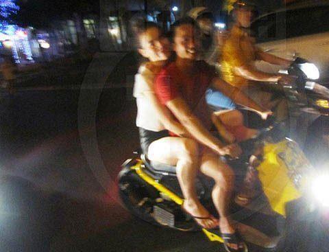 Hồ Ngọc Hà tái phạm lỗi không đội mũ bảo hiểm khi đi xe máy cùng Kim Lý - Ảnh 3.
