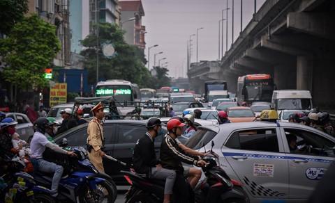 Người dân đội mưa trở lại thành phố, giao thông ùn tắc kéo dài - Ảnh 3.