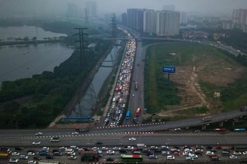 Người dân đội mưa trở lại thành phố, giao thông ùn tắc kéo dài - Ảnh 4.