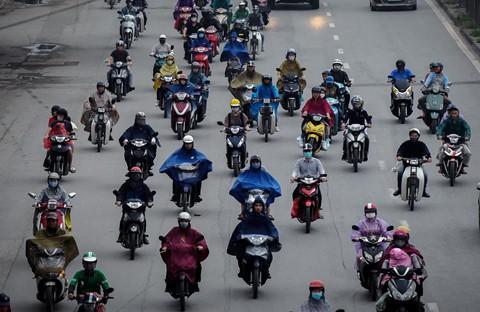 Người dân đội mưa trở lại thành phố, giao thông ùn tắc kéo dài - Ảnh 6.