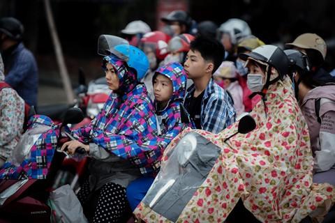 Người dân đội mưa trở lại thành phố, giao thông ùn tắc kéo dài - Ảnh 7.