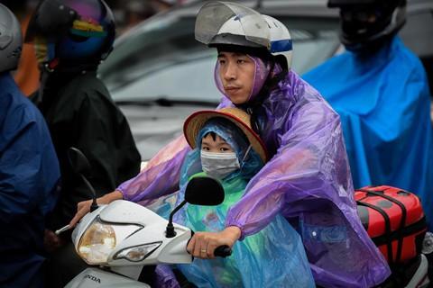 Người dân đội mưa trở lại thành phố, giao thông ùn tắc kéo dài - Ảnh 8.
