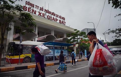 Người dân đội mưa trở lại thành phố, giao thông ùn tắc kéo dài - Ảnh 9.