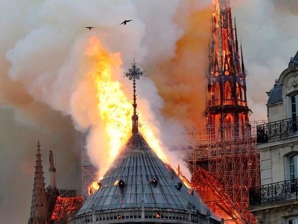 Hỏa hoạn ở Nhà thờ Đức Bà Paris đã được Victor Hugo dự đoán cách đây hàng trăm năm? - Ảnh 1.