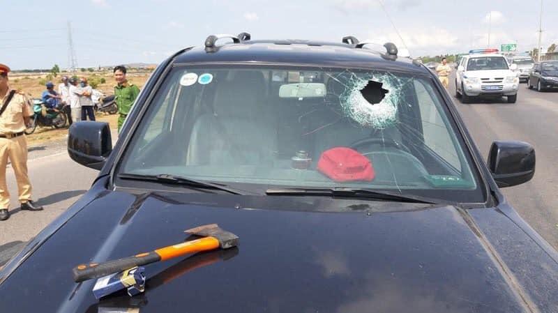 Một chiến sĩ công an tử vong trong lúc truy bắt kẻ nghi tâm thần lái ô tô gây tai nạn - Ảnh 1.