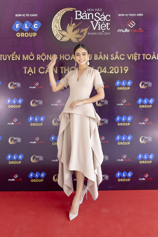 Mâu Thủy catwalk thị phạm cho thí sinh Hoa hậu bản sắc Việt toàn cầu 2019  - Ảnh 1.