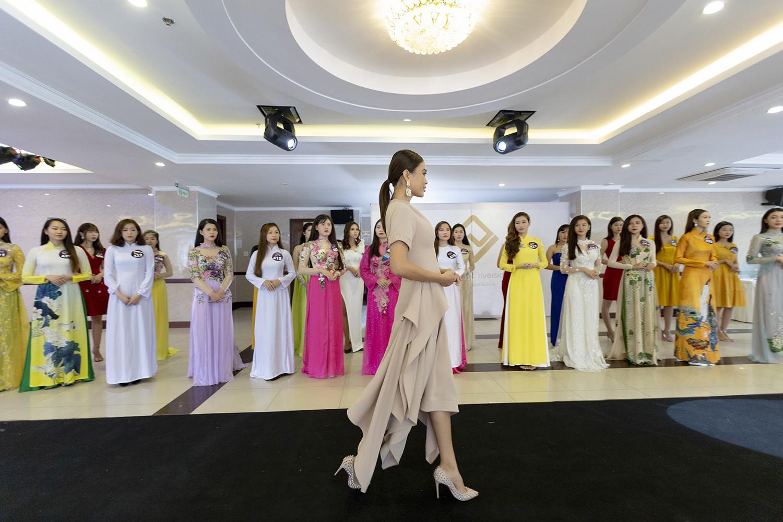 Mâu Thủy catwalk thị phạm cho thí sinh Hoa hậu bản sắc Việt toàn cầu 2019  - Ảnh 2.
