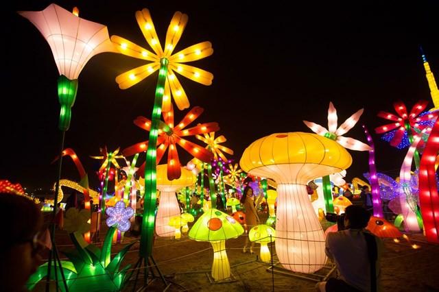 Quẩy tưng bừng tại lễ hội ánh sáng lớn nhất TP HCM - Ảnh 2.