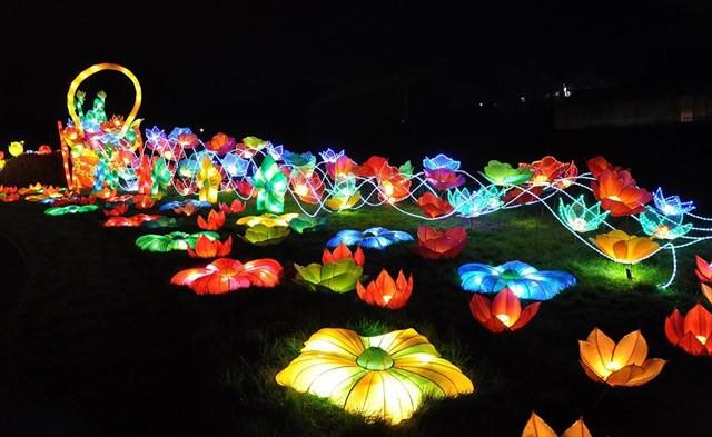 Quẩy tưng bừng tại lễ hội ánh sáng lớn nhất TP HCM - Ảnh 3.