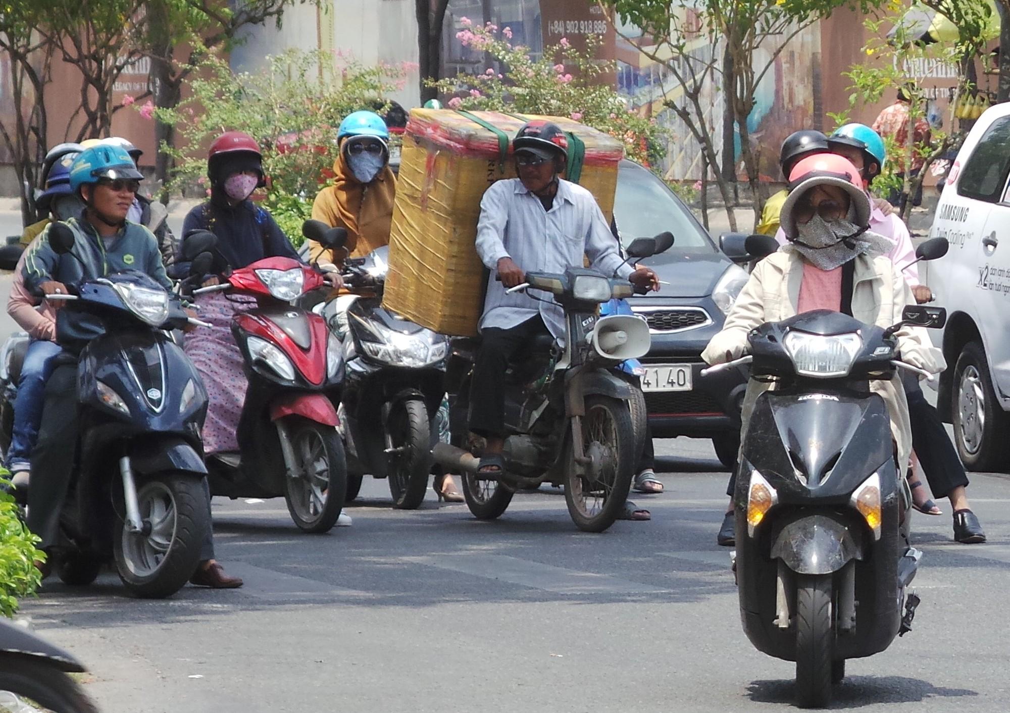 Sài Gòn nóng gần 40 độ C: Người dân xuống gầm cầu mắc võng ngủ trưa - Ảnh 2.