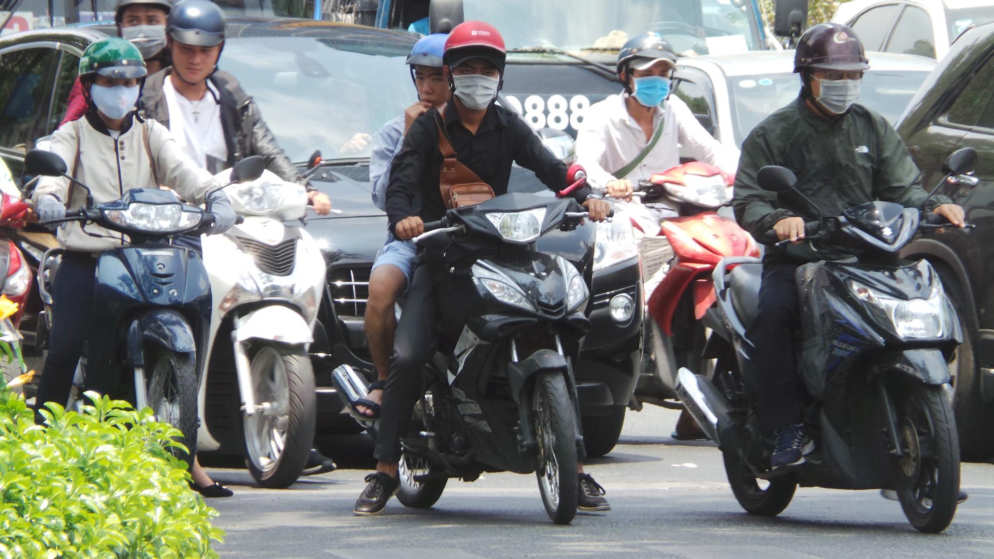Sài Gòn nóng gần 40 độ C: Người dân xuống gầm cầu mắc võng ngủ trưa - Ảnh 8.