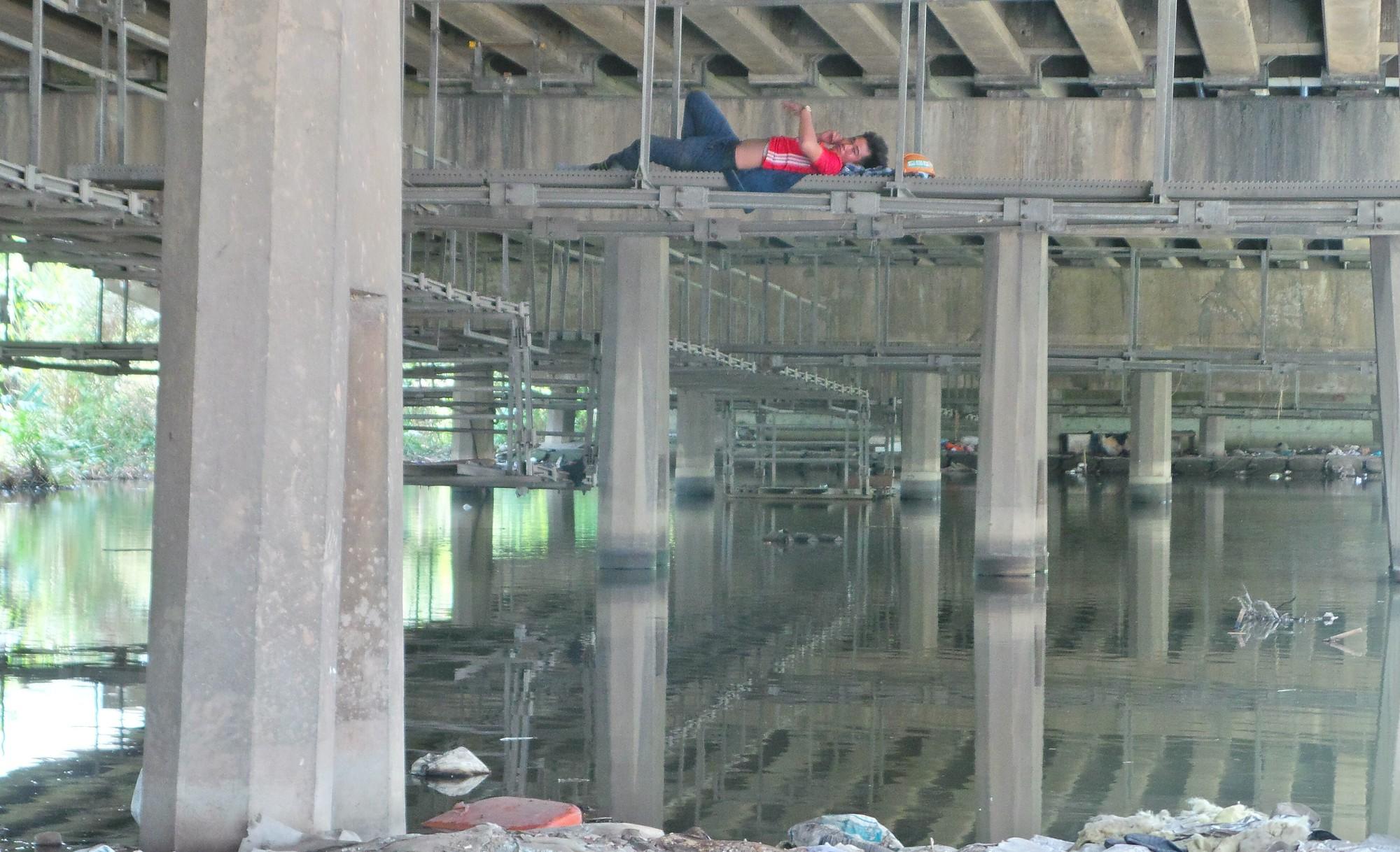 Sài Gòn nóng gần 40 độ C: Người dân xuống gầm cầu mắc võng ngủ trưa - Ảnh 9.