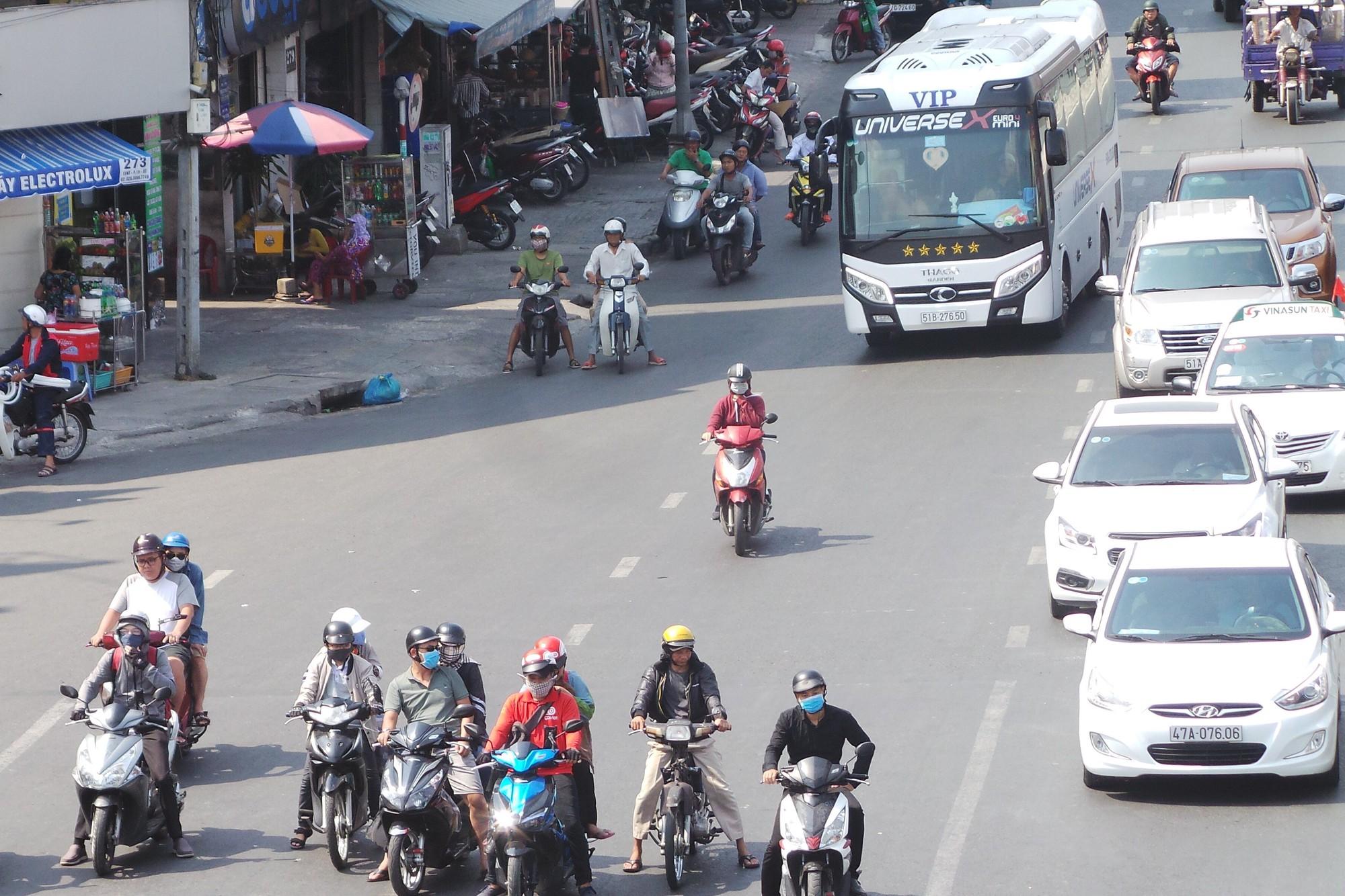 Sài Gòn nóng gần 40 độ C: Người dân xuống gầm cầu mắc võng ngủ trưa - Ảnh 1.